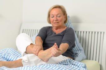 У пожилой женщины больные ноги